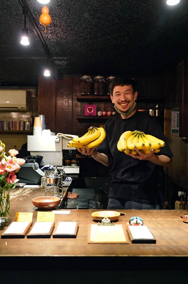 夜は【とり焼肉エイト】で弁当買って、日課カフェ【珈琲小林】で珈琲。昼は【まんぷく】でカツカレー。