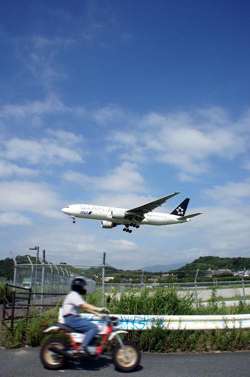 その時、飛行機の前にバイクが飛び出してきた。