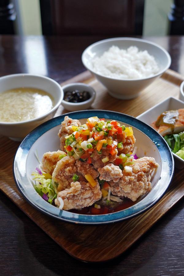 昼は「杏仁荘」で油淋鶏からの4周年の「マスカル珈琲」。夜は「じゃらん食堂」でタワーカレーからの「MOMENT COFFEE」。