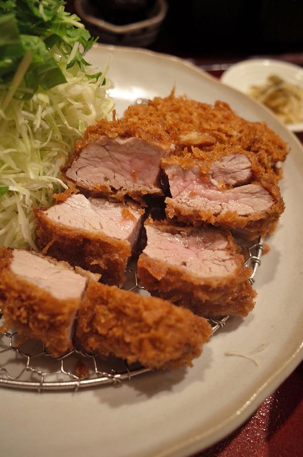 「とんかつ廣」でヒレカツ定食、からの「MOMENT COFFEE」。昼は「杏仁荘」で海老と野菜の甘辛炒め。
