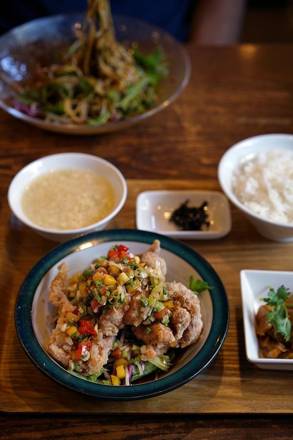 お昼に「杏仁荘」で油淋鶏定食。友達は黒胡麻担々冷麺。