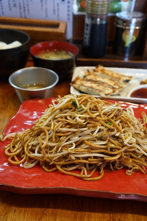 「バソキ屋 西月隈店」で、麺焼きそばと餃子と玉子掛けご飯とみそ汁。
