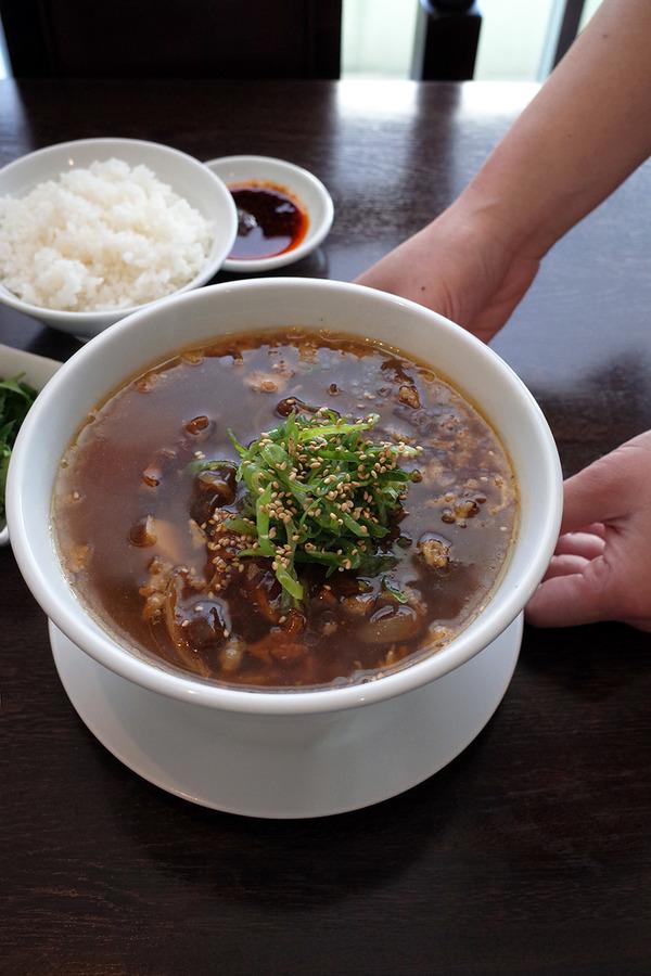"""「杏仁荘」で週替わり""""牛スジ麺""""と""""ラム肉パクチー水餃子""""。"""