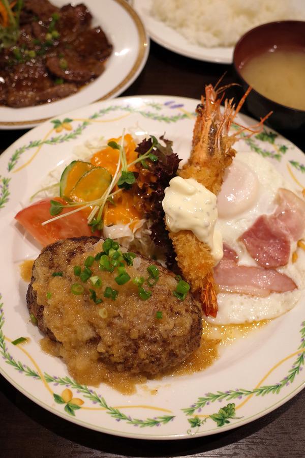 東区松島「洋風食堂 枝」でウッチーと晩ご飯。ハンバーグ、海老フライ、ハムエッグ、ミートソース、牛ステーキ。