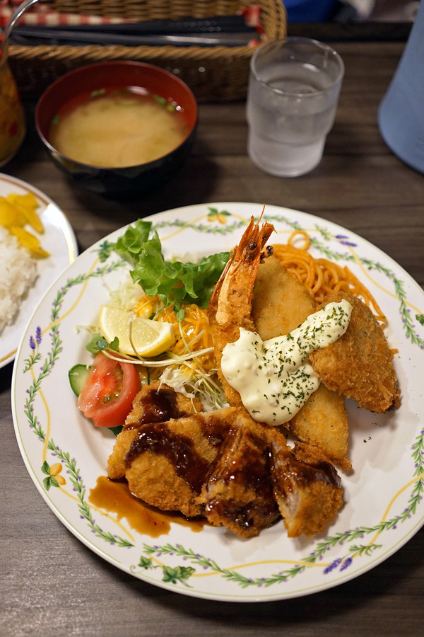 夜は「洋風食堂 枝」でミックスフライ定食。昼は「清川サロン」「FM福岡」「喫茶陶花」。