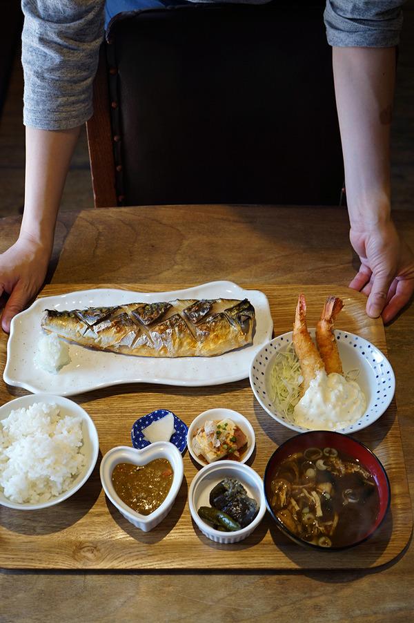 「かえる食堂 蓮」で塩サバ定食に海老フライ。