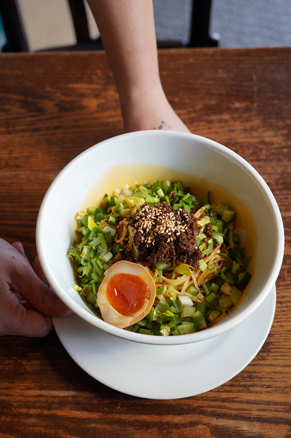 お昼に【杏仁荘】で週替わりの台湾和えそば、からの【ホピ珈琲】。夜は【とんかつ亭ひさやま】でいつもの上カツ丼。