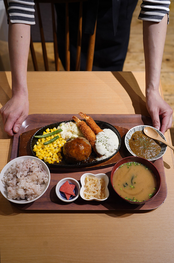 【かえる食堂 蓮】で毎度のハンバーグと海老フライの定食、と【ホピ珈琲】のHONDAカブ。