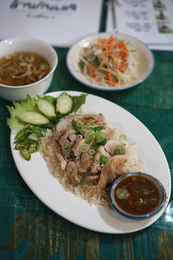 タイ料理「ラーンガンエーン」でカオマンガイからの「珈琲花坂」。夜はカレー店オーナーたちと食事会。
