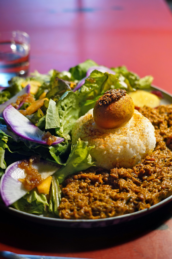 夕方「筥崎荘々」でパキスタンカレー、からの「Banx River」。お昼は「うちだ産業」でカオマンガイ的カレーからの「MOMENT COFFEE」。
