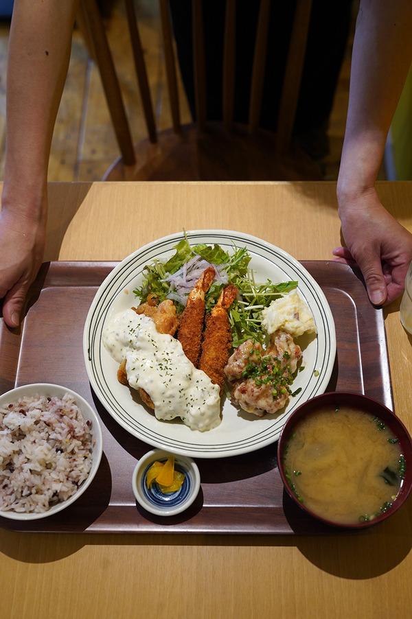 お昼に【かえる食堂 蓮】で海老フライとチキン南蛮と鶏辛マヨの定食。夜は【クボカリー】で夜限定のマトンキーマ。