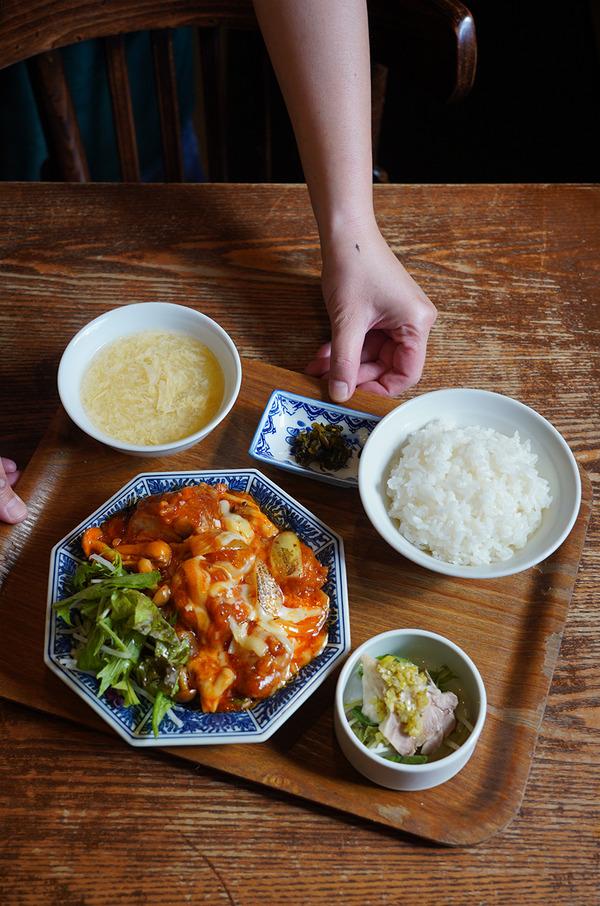 """【杏仁荘】で日替わり定食""""鶏のチーズチリソース定食""""。夜は【とり焼肉エイト】でレトルトカレーの打ち合わせ。"""