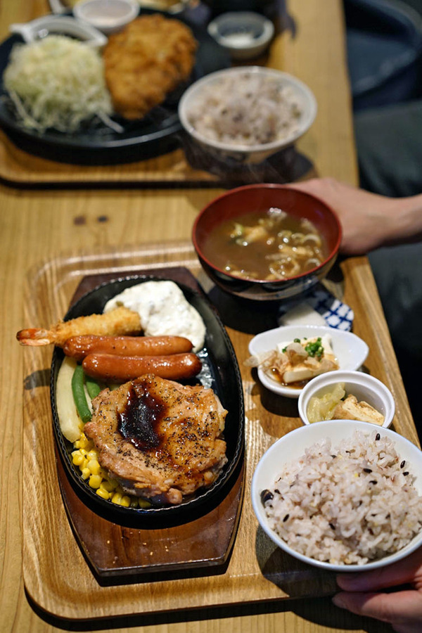 昼は「かえる食堂 蓮」でミックスグリル定食と厚切りロースとんかつ定食。夜は「バソキ屋 西月隈店」からの「SWEET TIME +PLUS+」。