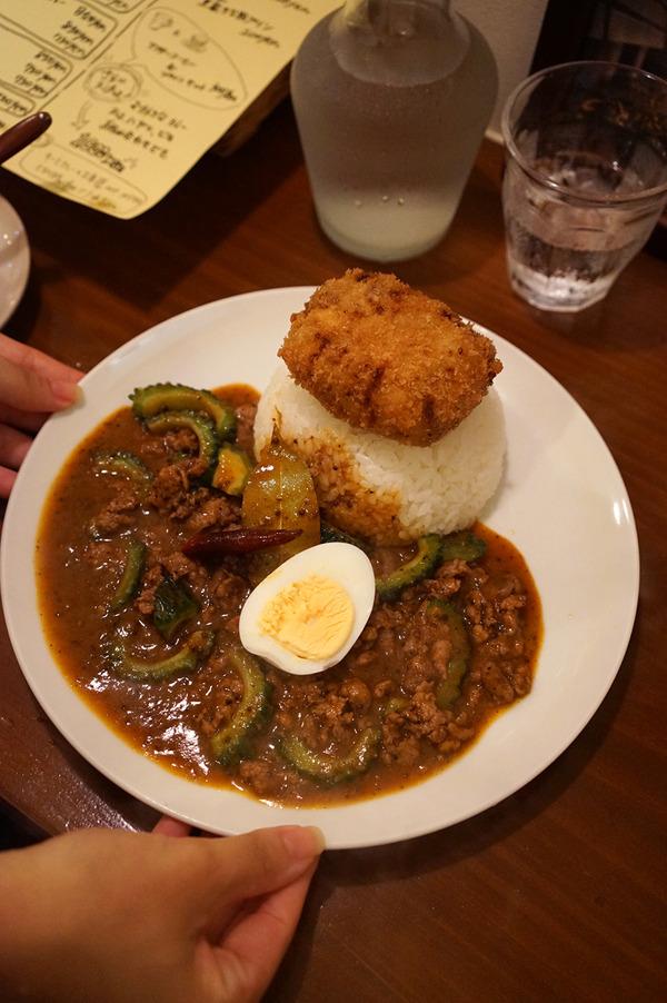 「オカノカリー」でゴーヤとスパイシーラム肉のキーマカレーにメンチカツのせ。