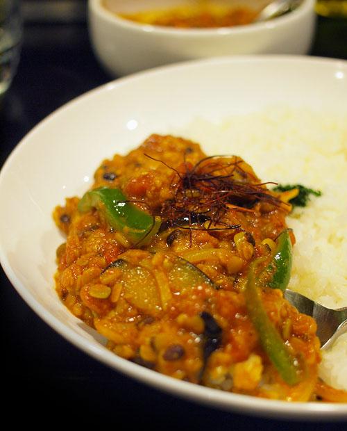 五種の豆と野菜のカレーは豆がふくれて腹一杯