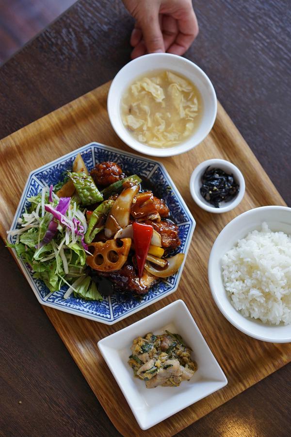 昼は「杏仁荘」で黒酢鶏の定食。夜は「らぁめんシフク」で醤油らーめん。