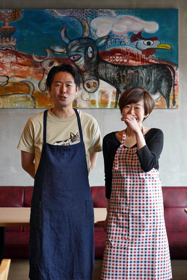 開店準備中の【肉菜処 かえる屋】をのぞいてみた。夜は【ここん家】からの【MOMENT COFFEE】。