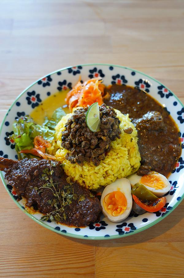 お昼は【タマガワカリー ドット コム】で4種盛りカレー。夜は【SWEET TIME +PLUS+】からの【洋風食堂 枝】。