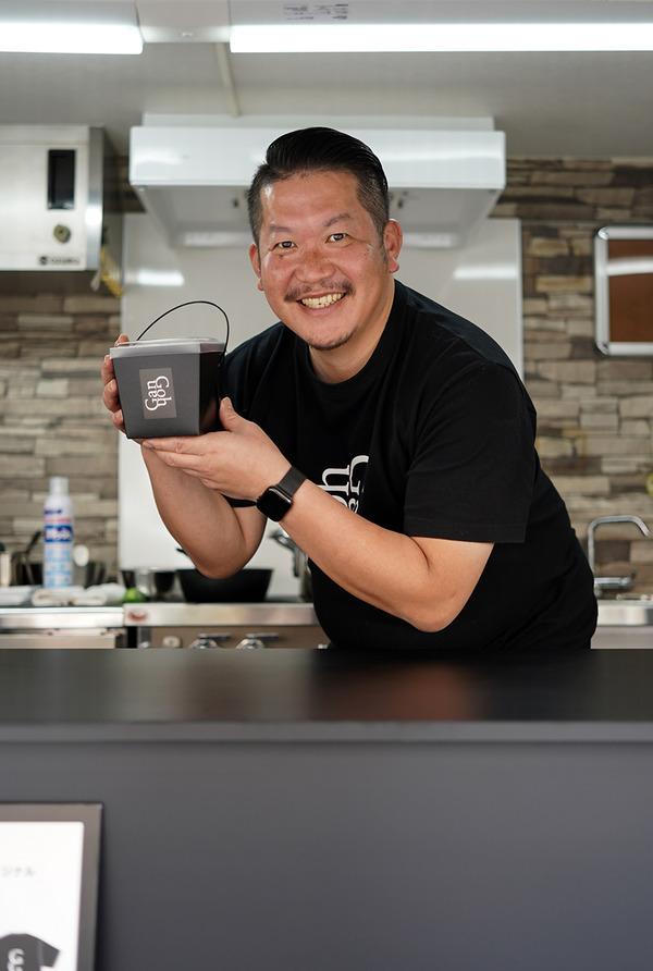【La Maison de la Nature Goh】の福山剛さんが黒塗りキッチンカーでカレー販売中。