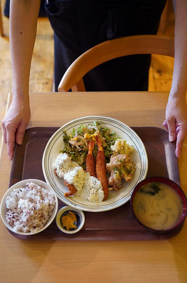 お昼は【かえる食堂 蓮】で美味しい定食。昨夜は【コチソバ】【Telas&mico屋台】からの『カレバカラジオ』でした。