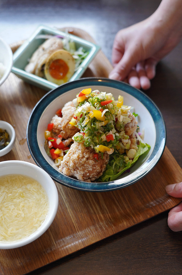 お昼は【杏仁荘】で油林鶏定食。今夜から『カレバカラジオ』2年目がスタートします。