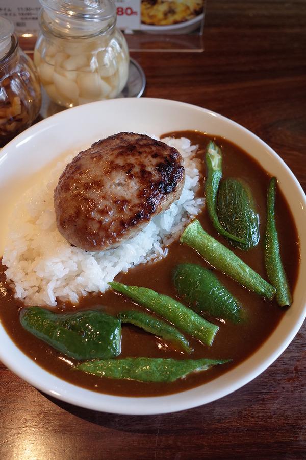 「じゃらん食堂」で揚げ野菜とハンバーグのカレー。