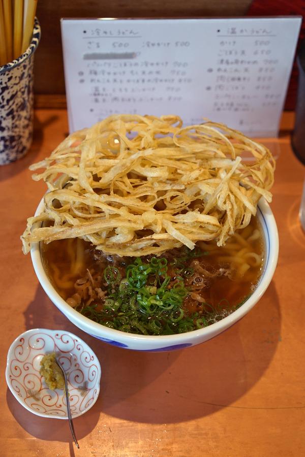 津屋崎「こなみ」で肉ごぼううどん、からの「くつろぎ珈琲」。夜は「香亭」で中華丼。