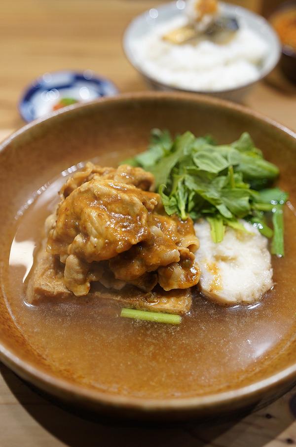 夜は【にく豆腐 しげ子】でグツグツ熱々の肉豆腐。昼はあさだ荘【Agora】でひなもりポークのオイルパスタランチ。