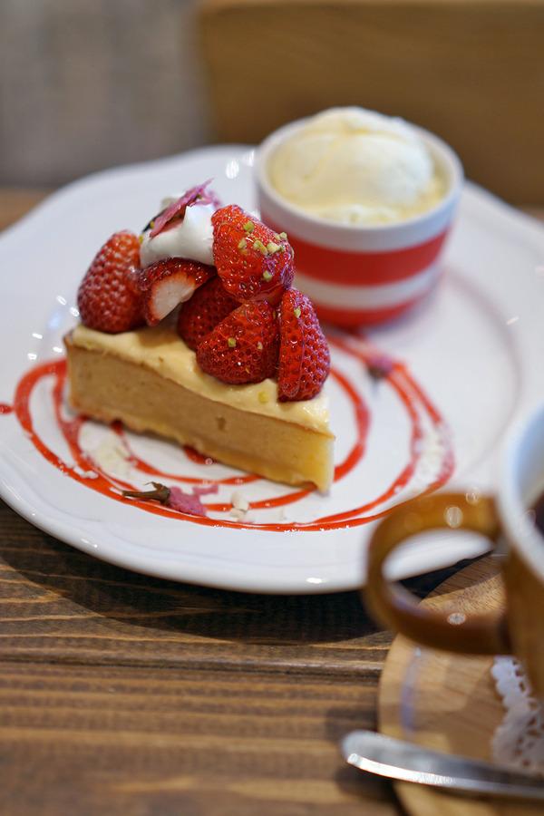 昼は「SWEETS & CAFE  Amis」「COFFEE COUNTY FUKUOKA」。夜は「麺道はなもこし」「ぎょうざ亭」。