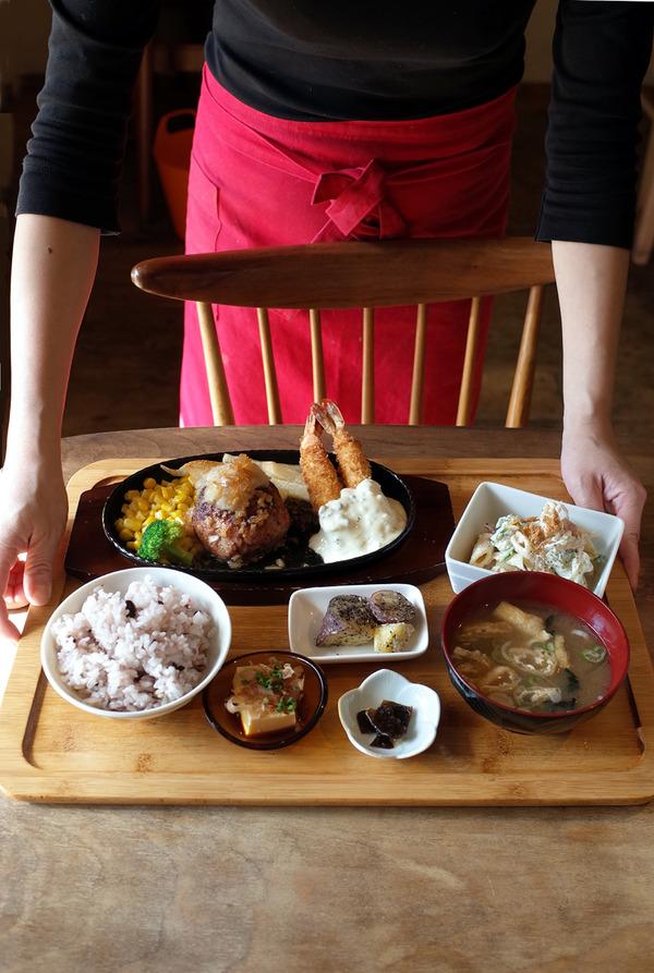 お昼は「かえる食堂 蓮」は、7周年感謝祭2日目。昨夜は『LIV LABO』「カフェとねりこ」「そば旬菜なかむら」。