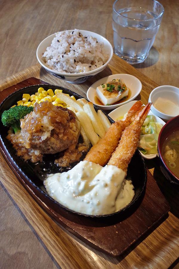 昼は「かえる食堂 蓮」でハンバーグと海老フライの定食。夜は「カンパニョーラ」でラザニア。