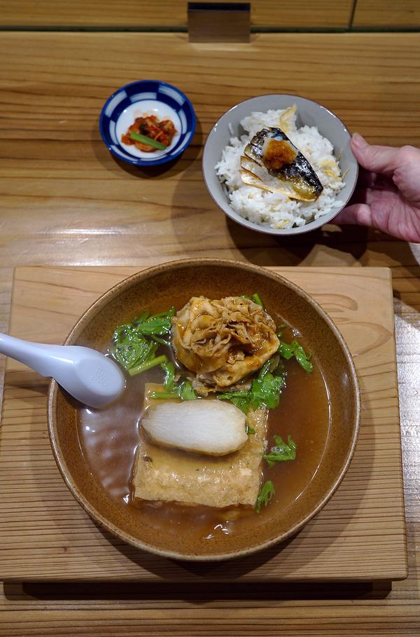 夜は【にく豆腐しげ子】で肉豆腐。昼は【クボカリー 】でポークジンジャーカレー。