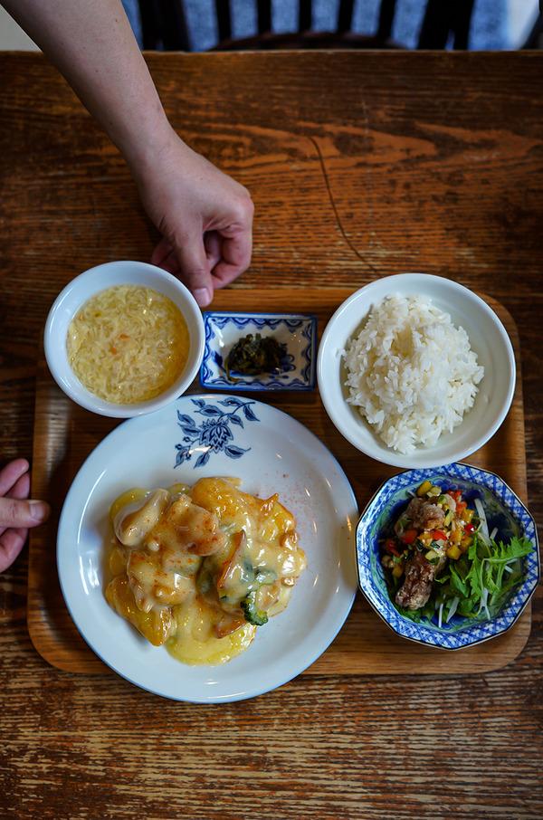 【杏仁荘】で週替わりの海老のマヨネーズソース炒め定食。夜は【麺屋 波のおと】で塩らーめん。