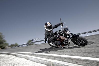 2012-KTM-690-Duke-01