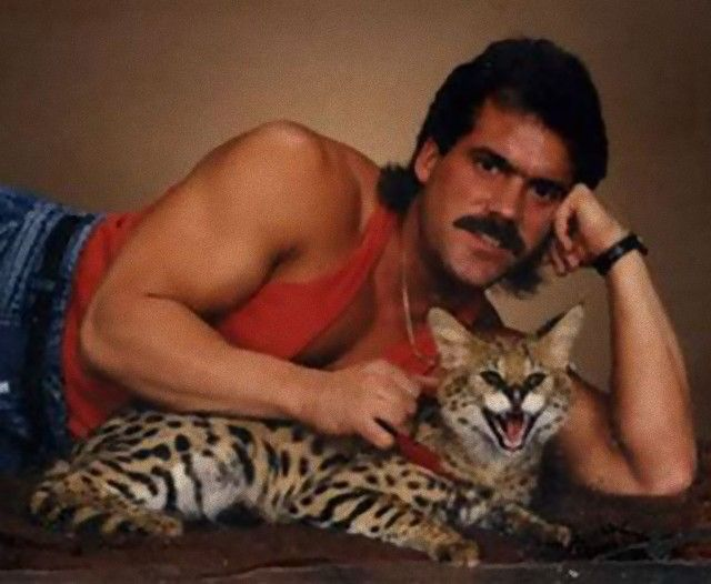 men-posing-with-their-cats-7-595x489_e