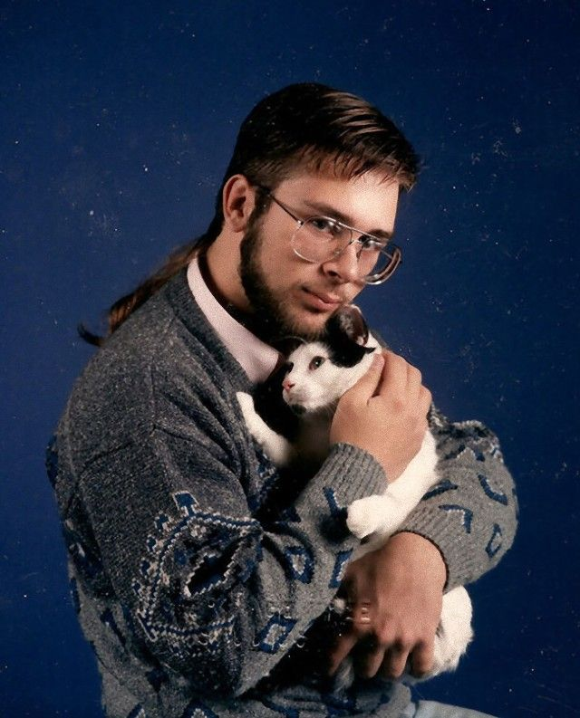 men-posing-with-their-cats-3-595x737_e