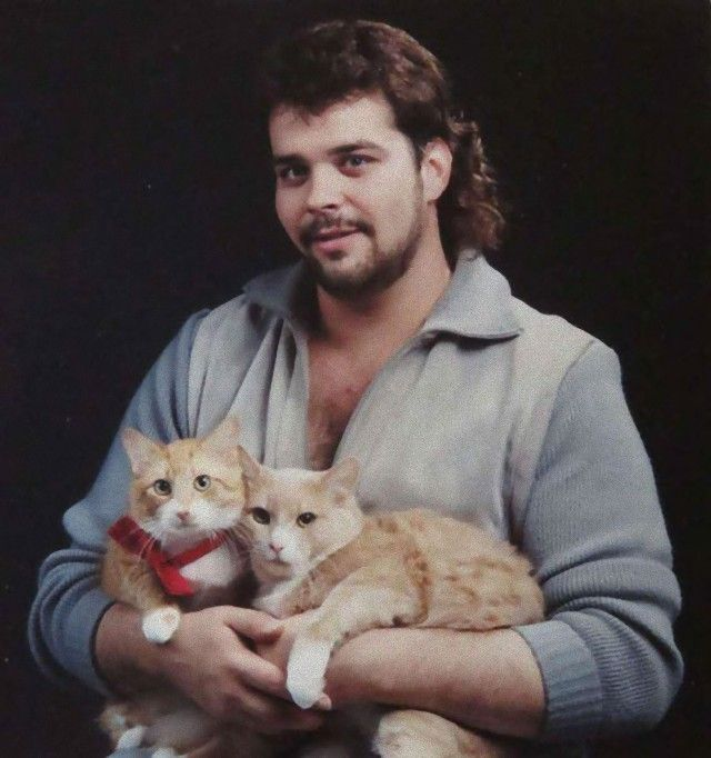 men-posing-with-their-cats-18-595x634_e
