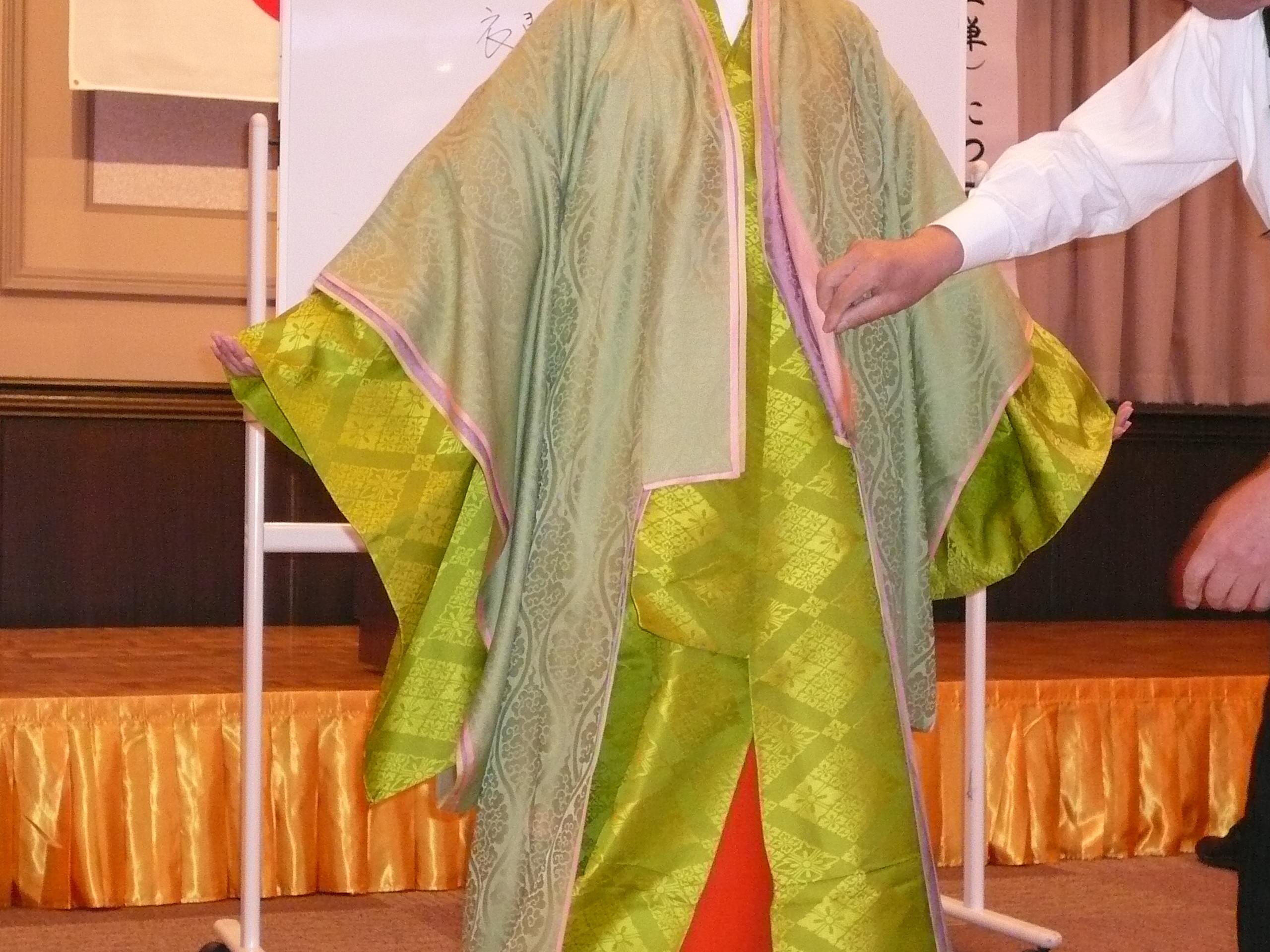 神酒造・大分女子神職会 034  その上に五衣を着けます。 笑う門には福来る!!
