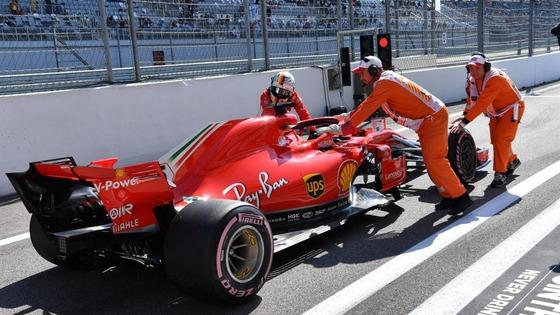 フェラーリのミスでベッテルもピットレーンからガレージまでF1マシンを押す:2018年F1ロシアGP