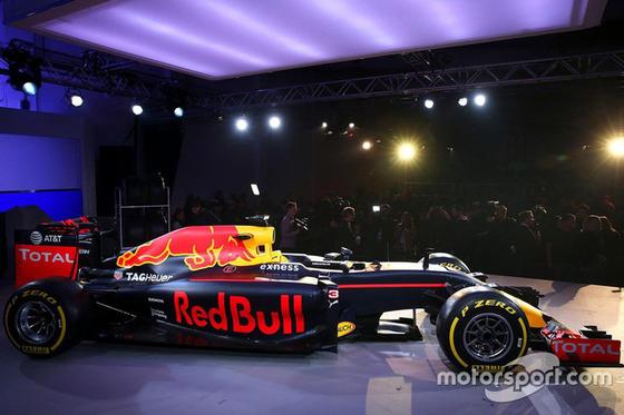 レッドブル、F1カラーリングを発表: 2016年F1