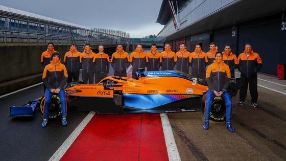 マクラーレンMCL35Mの初走行終了後、チームの集合記念写真