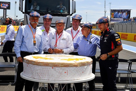 ジャッキー・スチュワート、80歳のバースデーケーキ、チェイス・キャリー(F1会長兼CEO)、トト・ヴォルフ(メルセデスF1チーム代表)、ジャン・トッド(FIA会長)、クリスチャン・ホーナー(レッドブルF1チーム代表)