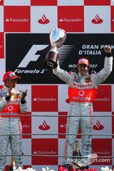 2007年イタリアGP優勝トロフィ、フェルナンド・アロンソ、ルイス・ハミルトン