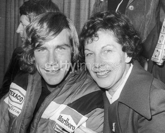 F1日本GPから帰国したジェイムズ・ハンと母親スー - 1976年10月26日