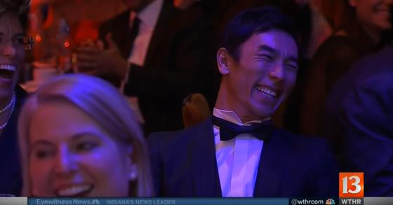 アロンソのスピーチに笑顔になる佐藤琢磨