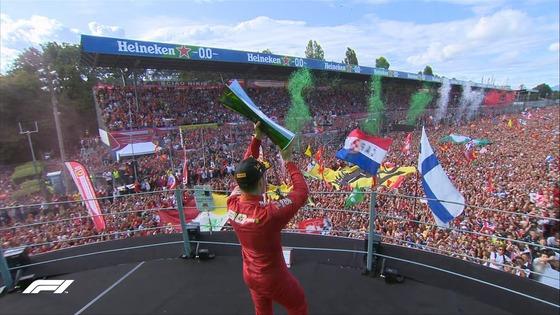 シャルル・ルクレール、優勝トロフィーをティフォシ:2019年F1イタリアGP