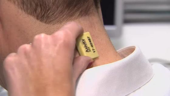 3D加速度センサーを首に張る