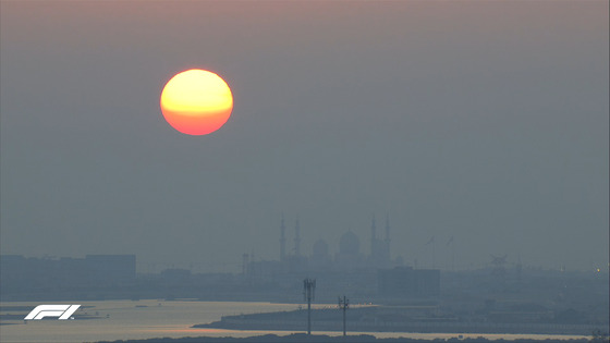 沈もうとしている太陽、アブダビ