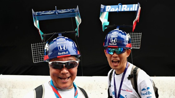 F1日本GPのファン(DRSフラップ付きリア・ウィングがついたヘルメット)