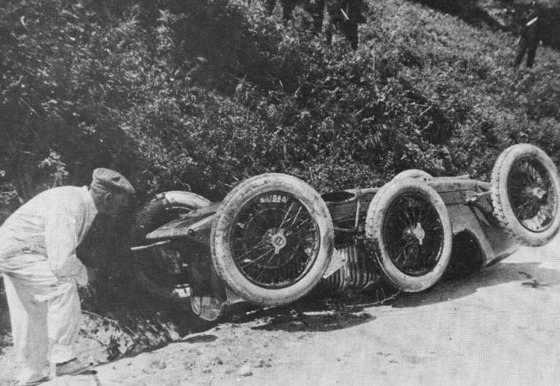 ジュリオ・マゼッティ、クラッシュしてマシンの下敷きになって死亡